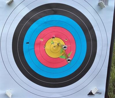 Träffbilden på 100 m i mycket blåsigt väder med Ultimate-Sniper samt Sniper-pilarna
