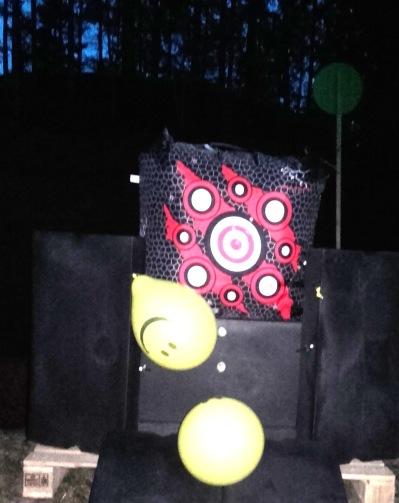 Resultatet för 3-skott-serien på 307 m: 4 cm under vänstra ballongen och 6 cm över högra ballongen som sedan träffades av sista pilen.