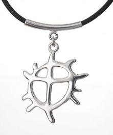 Solhjulet i silver från Jokkmokks Tenn. Solhjulet är det centrala och mest förekommande tecknet i samisk kultur. Solhjulet kan man finna på allt från hällmålningar till samiska spåtrummor och bruksföremål. Bredd ca 3 cm. Skinnrem ca 40 cm + lås.