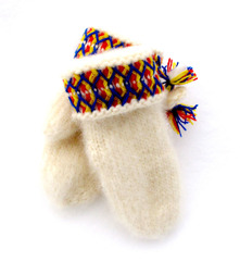 Slitstarka, handstickade barnvantar av vitt lovikkagarn. Finns i olika storlekar.