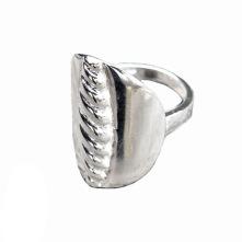 """Giksasuormas är en silverring med modernt formspråk, inspirerad av den traditionella samiska """"Larvenknappen"""", en bältesknapp med flätat mönster. Ställbar från storlek 16-21."""