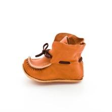 En mjuk och bra nybörjarsko som följer foten men ger samtidigt stabilitet. Tillverkad av naturgarvat läder.