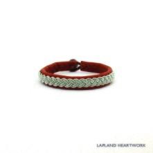 Klassiskt barnarmband, handgjort av renskinn, tenntråd och med knapp av renhorn. 0,9 cm bred och från 11 till 14 cm långt. Finns i olika färger.