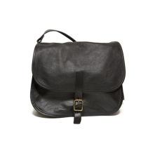 Svart handväska av naturgarvat renskinn med två fack och en ficka med dragkedja.  Reglerbar axelrem max 130 cm. Storlek 24x10x18 cm.