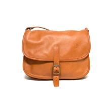 Ljusbrun handväska av naturgarvat renskinn med två fack och en ficka med dragkedja.  Reglerbar axelrem max 130 cm Storlek 24x10x18 cm. Ljusbrun.
