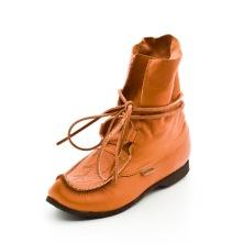 Blötnäbben är en mjuk och följsam näbbsko med skaft av mjukt naturgarvat renskinn. Snörning som knyts runt skon. Näbbskon är en sko med säregen och utpräglad karaktär. Den har ett starkt kulturellt arv. Ett arv som har sina anor långt tillbaka i tiden. Tillverkad av naturgarvat läder. Skorna är tillverkade i Svenska Lappland ovanför polcirkeln i Sattajärvi skomakeri.