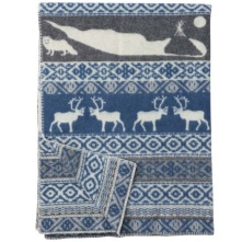 Varm och vacker ullfilt med fjällinspirerat motiv som går i grått och blått. 130 x 180. 100 % ekologisk lammull.