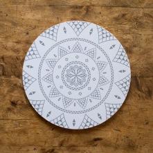 """Laminerat grytunderlägg """"Báhkas"""" i benvitt och grått. Kan också användas som skärbräda eller ostbricka. 21 cm i diameter."""