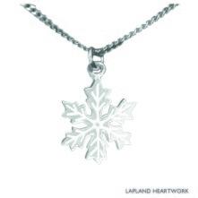 Snöstjärna, ett lokalt handgjort silverhalsband, som en hyllning till den iskristall som bäddar in oss med ett vitt snötäcke varje vinter. Storlek 1,4 cm i diameter, med silverkedja som är 45 cm lång.