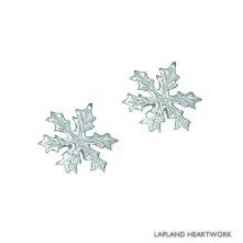Snöstjärna, lokalt handgjorda silverörhängen, som en hyllning till den iskristall som bäddar in oss med ett vitt snötäcke varje vinter. Storlek: 0,8 cm i diameter.