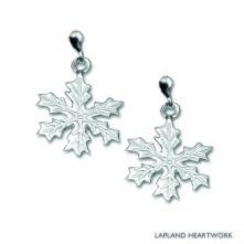 Snöstjärna, lokalt handgjorda silverörhängen, som en hyllning till den iskristall som bäddar in oss med ett vitt snötäcke varje vinter. Storlek: 1,4 cm i diameter.