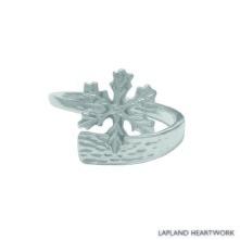 Snöstjärna, en lokalt handgjord silverring, som en hyllning till den iskristall som bäddar in oss med ett vitt snötäcke varje vinter. One size, ställbar i storlek.