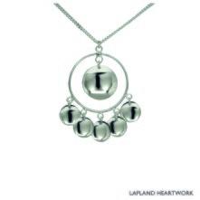 Ett silverhalsband som är inspirerad av den samiska kulturen. Diameter: 3,4 cm. Silverkedja: 60 cm.